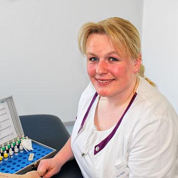 Foto: Franziska Haeckt beim Allergietest